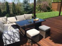 Technorattan stół ogrodowy z sofą narożną na eleganckim tarasie