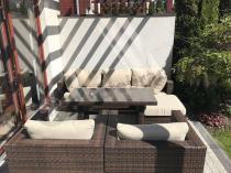 Technorattanowy zestaw z beżowymi poduszkami i stołem obiadowym Nilamito