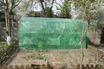Tunel foliowy ogrodniczy metalowy na działce wczesną wiosną