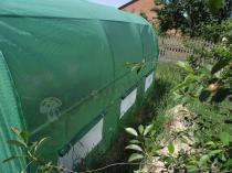 Tunele foliowe z rurek metalowych kryte zieloną folią