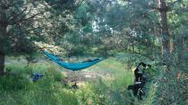 Turkusowy hamak podróżniczy H150 Colibri rozwieszony w lesie