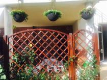 Wiszące doniczki balkonowe Keter Hanging Sphere Planter na tarasie