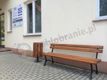 Wygodna ławka ogrodowa 180 cm i elegancki kosz przed budynkiem NFZ