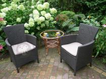 Wygodne fotele ogrodowe Rattan Style Iowa w otoczeniu kwiatów