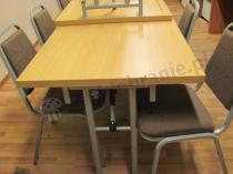Wygodne krzesła Banquet w towarzystwie składanego stołu 120x80 cm