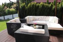 Wypoczynki ogrodowe z technorattanu w eleganckim ogrodzie