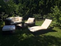 Wypoczynkowy zestaw ogrodowy Nilamito brąz z jasnymi poduszkami i leżakiem