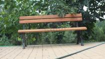 Żeliwna ławka ogrodowa ustawiona na chodniku