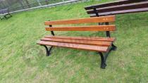 Żeliwna ławka ogrodowa ustawiona w parku