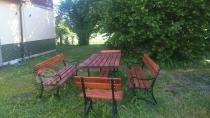 Żeliwne meble Factor Plus do ogrodu w zacienionym miejscu