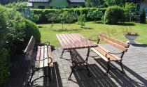 Żeliwny komplet ławek z podłokietnikami i stolika ogrodowego Factor