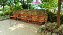 Zestaw 3 ławek drewnianych o długości 150 cm pod skalną ścianką