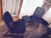 Zestaw krzeseł i stolik Rio Patio Keter używane przez klienta na balkonie
