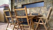 Zestaw mebli drewnianych ze składanymi krzesłami