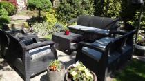 Zestaw mebli ogrodowych Corfu Curver w pięknym ogrodzie