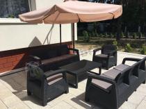 Zestaw mebli ogrodowych Corfu osłonięty dużym parasolem przeciwsłonecznym