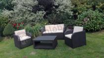 Zestaw mebli ogrodowych Modena Lounge Set w otoczeniu roślin