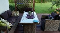 Zestaw mebli ogrodowych technorattan na tarasie z ciekawą aranżacją