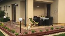 Zestaw mebli ogrodowych ustawiony na przydomowym tarasie