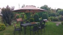 Zestaw obiadowy z parasolem Melody 6B brązowy pośród ogrodowej zieleni