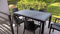 Zestaw ogrodowy stołowy na eleganckim tarasie