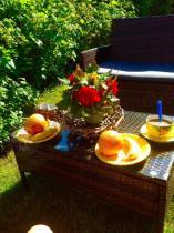 Zestaw ogrodowy technorattan z nakrytym do posiłku stołem