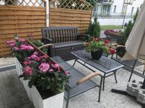 Zestaw ogrodowy ze skrzynią z siedziskiem, oparciem i podłokietnikiem