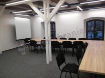 Złożone razem stoły konferencyjne 180x80cm w dużej sali
