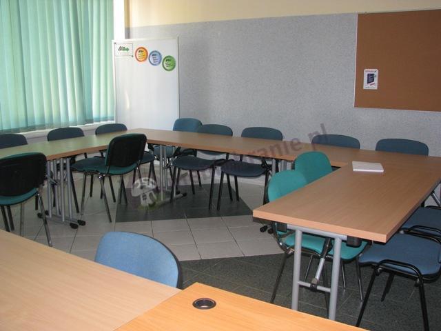 Sala konferencyjna złożona ze stołów składanych 139x68cm w kolorze bawarskiego buku
