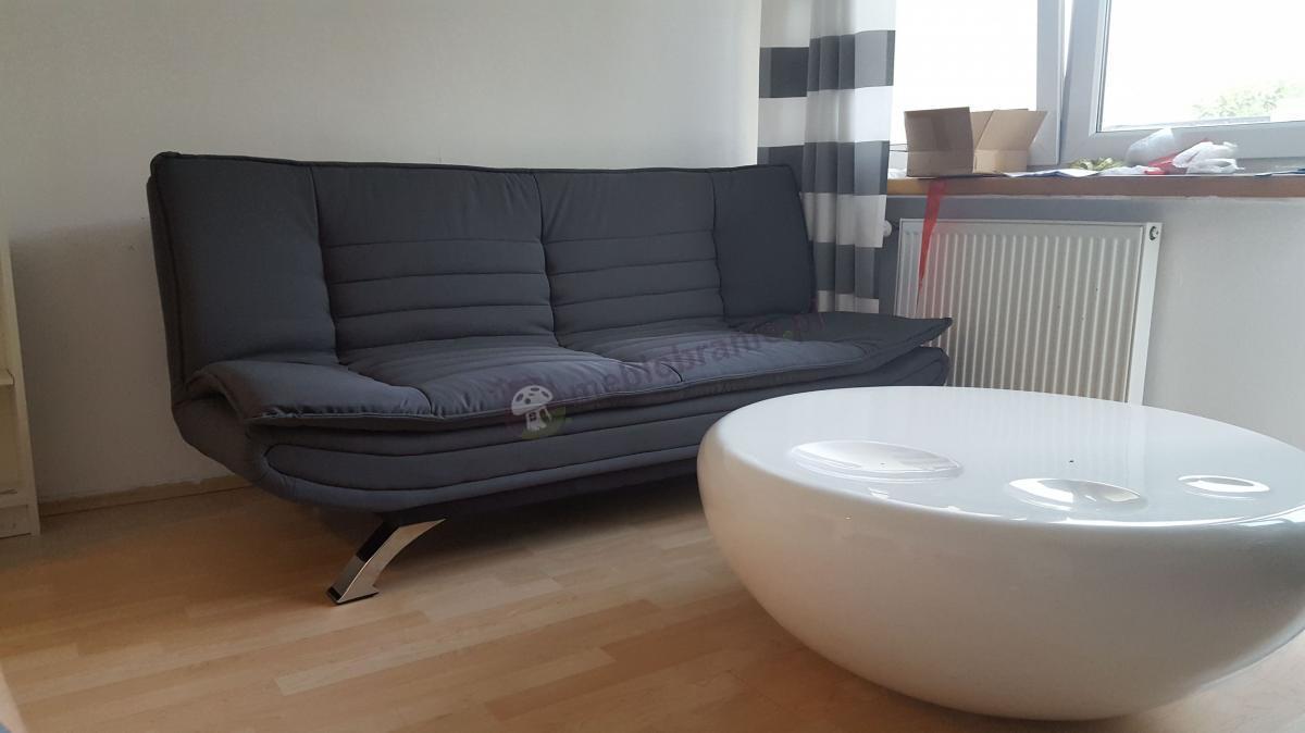 Salon z sofą rozkładaną i okrągłym stolikiem Actona Faith
