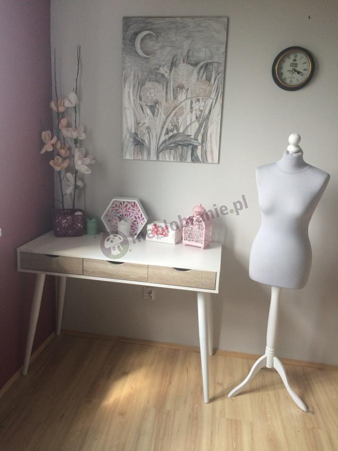 Skandynawskie biurko na wysokich nogach białe z drewnianymi akcentami Actona