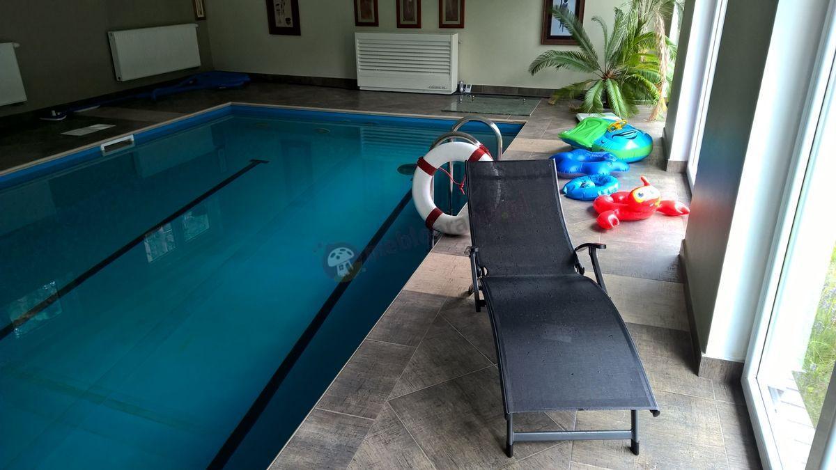 Składany leżak ogrodowy aluminiowy nad basenem