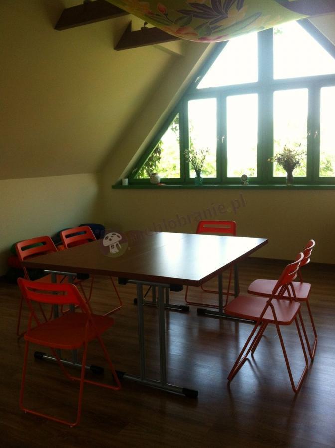 Składany stół konferencyjny grusza z czerwonymi krzesłami