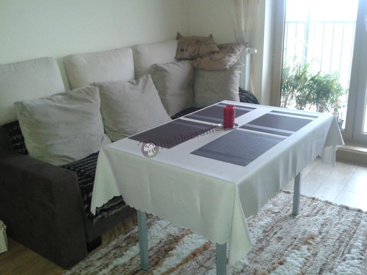Składany stół salonowy 120x80 ozdobiony obrusem