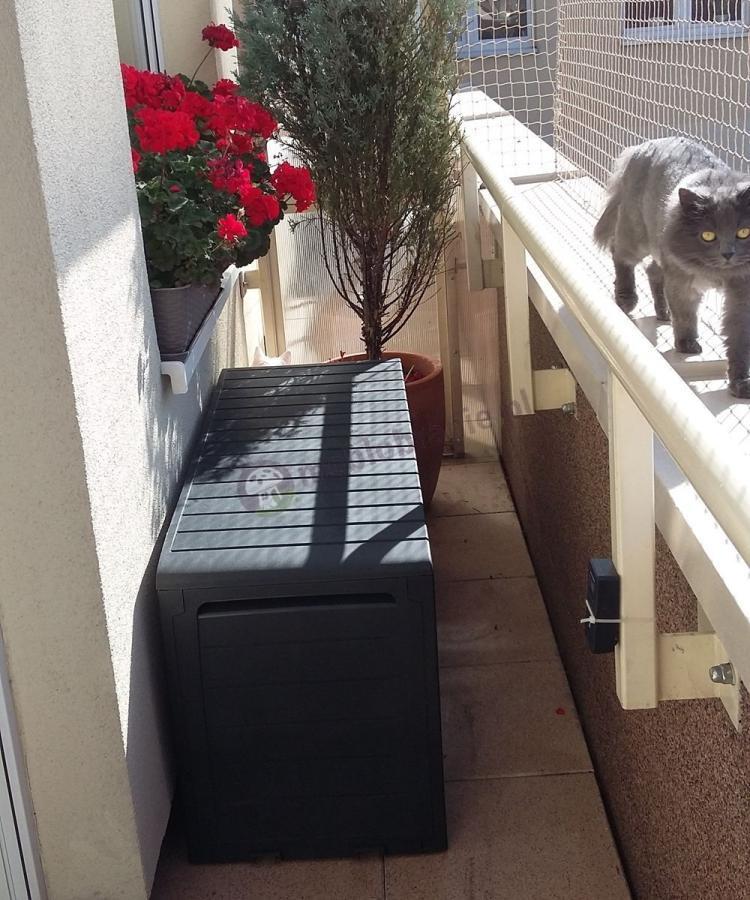 Skrzynia balkonowa Keter Marvel na wąskim balkonie