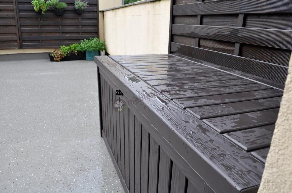 Skrzynia balkonowa Keter Rockwood ustawiona na tarasie