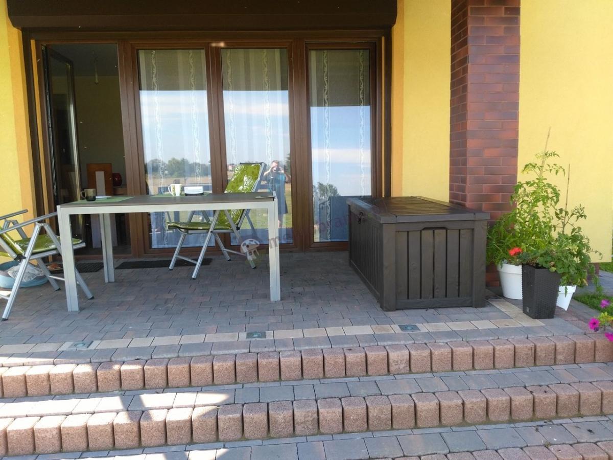 Skrzynia balkonowa plastikowa wyglądająca jak drewniana