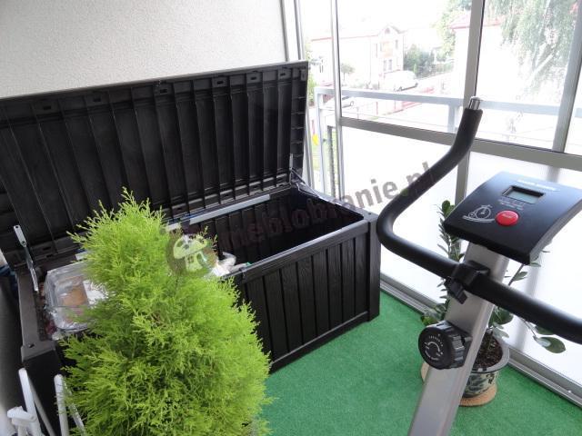 Skrzynia balkonowa ustawiona w domowej siłowni