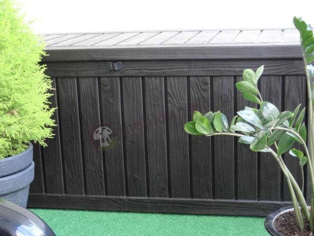 Skrzynia do ogrodu wyglądająca jak drewniana