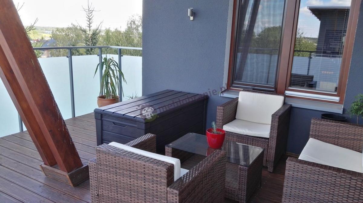 Skrzynia na balkon plastikowa i zestaw mebli balkonowych