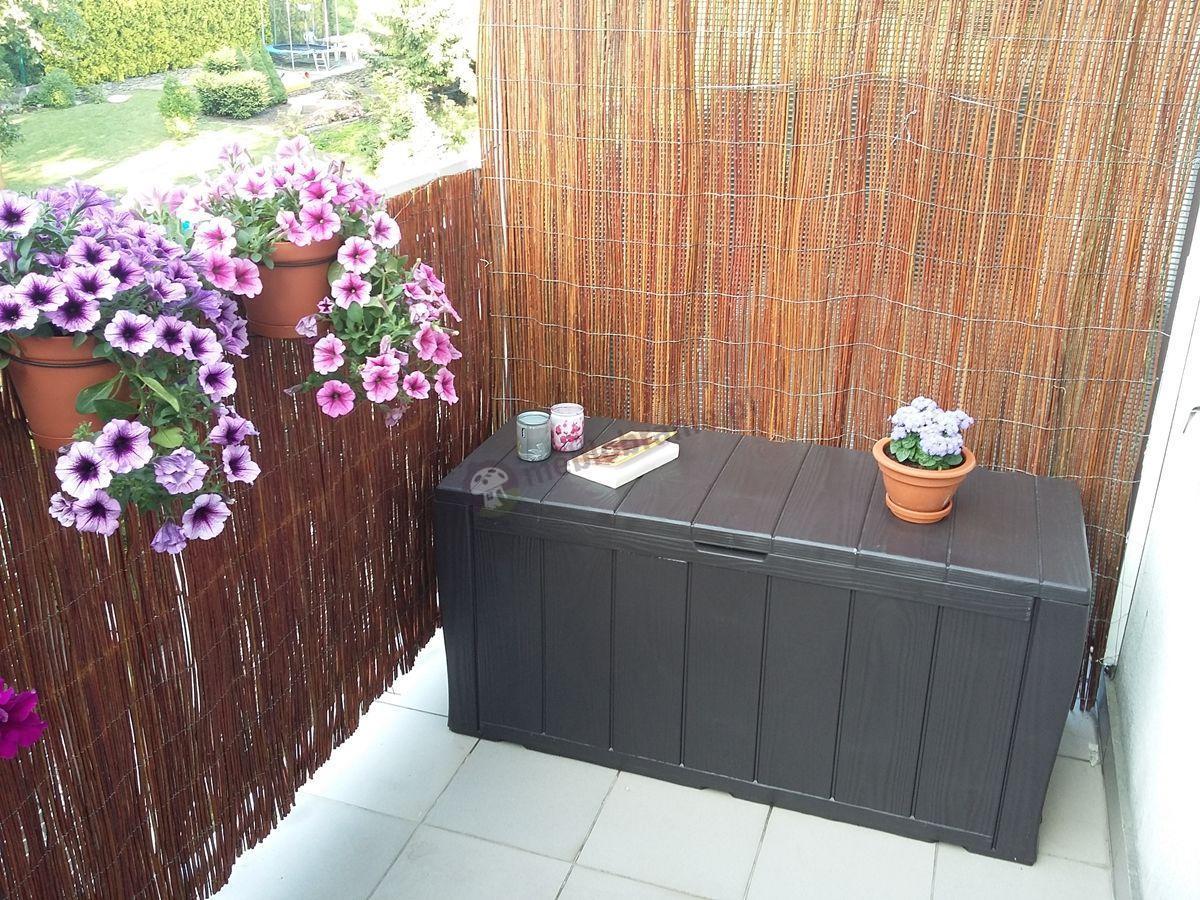 Skrzynia na taras ozdobiona kwiatową aranżacją