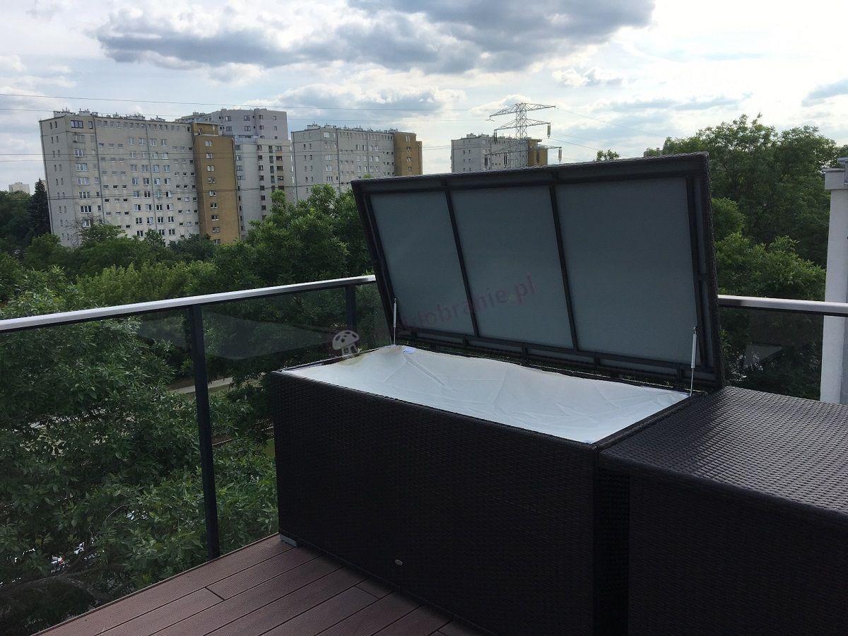 Skrzynia z technorattanu na miejskim balkonie