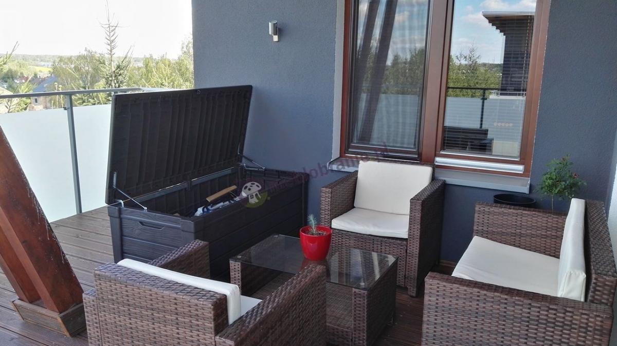 Skrzynia zewnętrzna na narzędzia i zestaw technorattanowy na balkonie