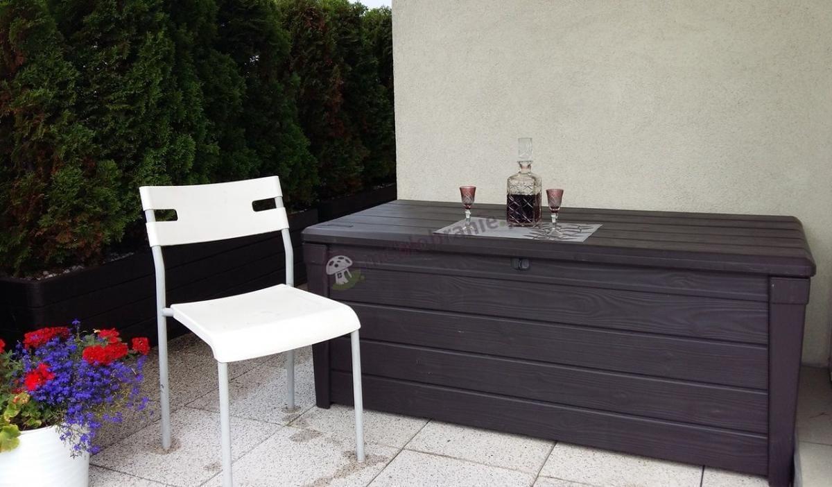 Skrzynka narzędziowa ogrodowa pełniąca funkcję stolika