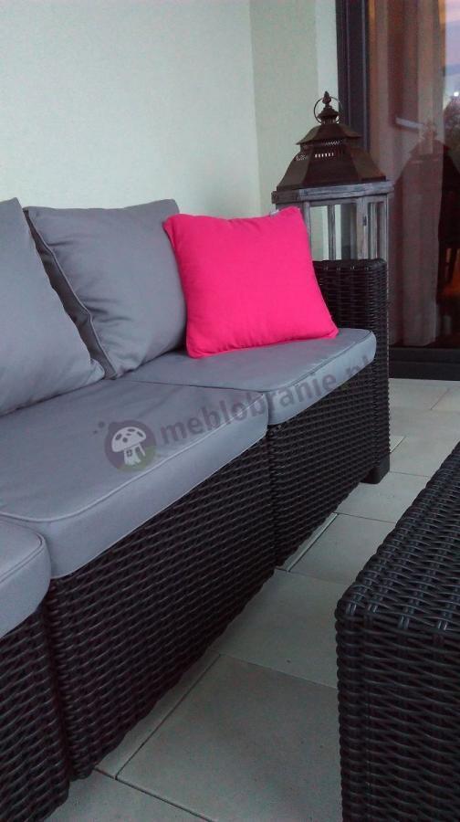 Sofa na taras z kompletu California uzupełniona poduszką