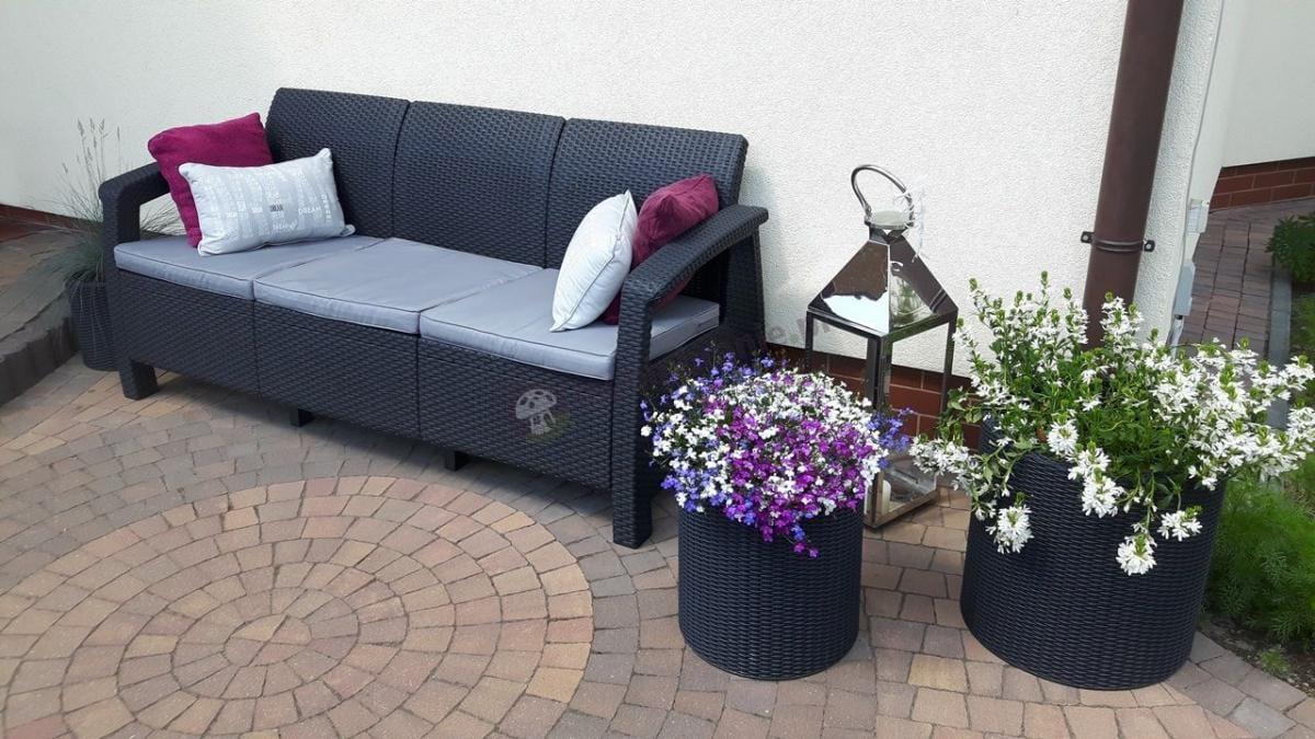 Sofa ogrodowa dla 3 osób Corfu oraz doniczki ozdobne w trzech rozmiarach