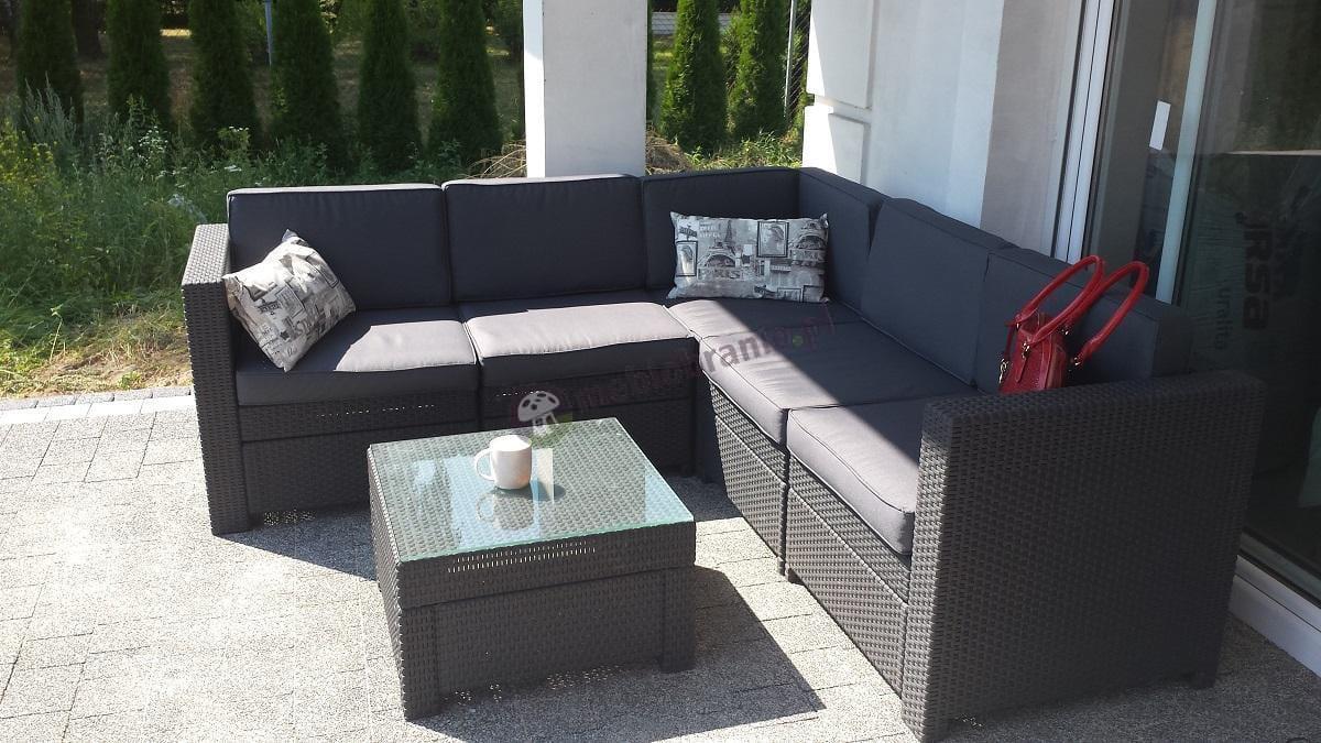 Sofa technoratan look uzupełniona ciekawymi jaśkami