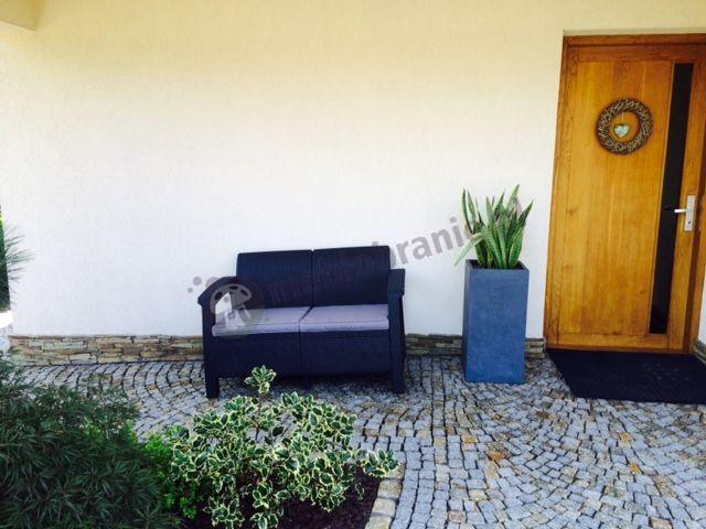 Sofa technorattan Corfu ustawiona przed domem