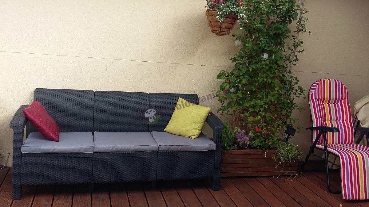 Sofa technorattan Corfu uzupełniona kolorowymi poduszkami