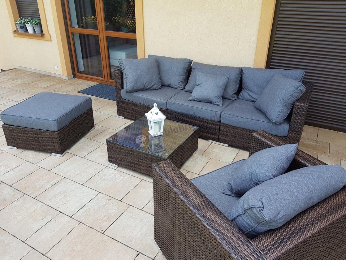 Sofa trzyosobowa z technorattanu na tarasie brązowa z szarymi poduszkami